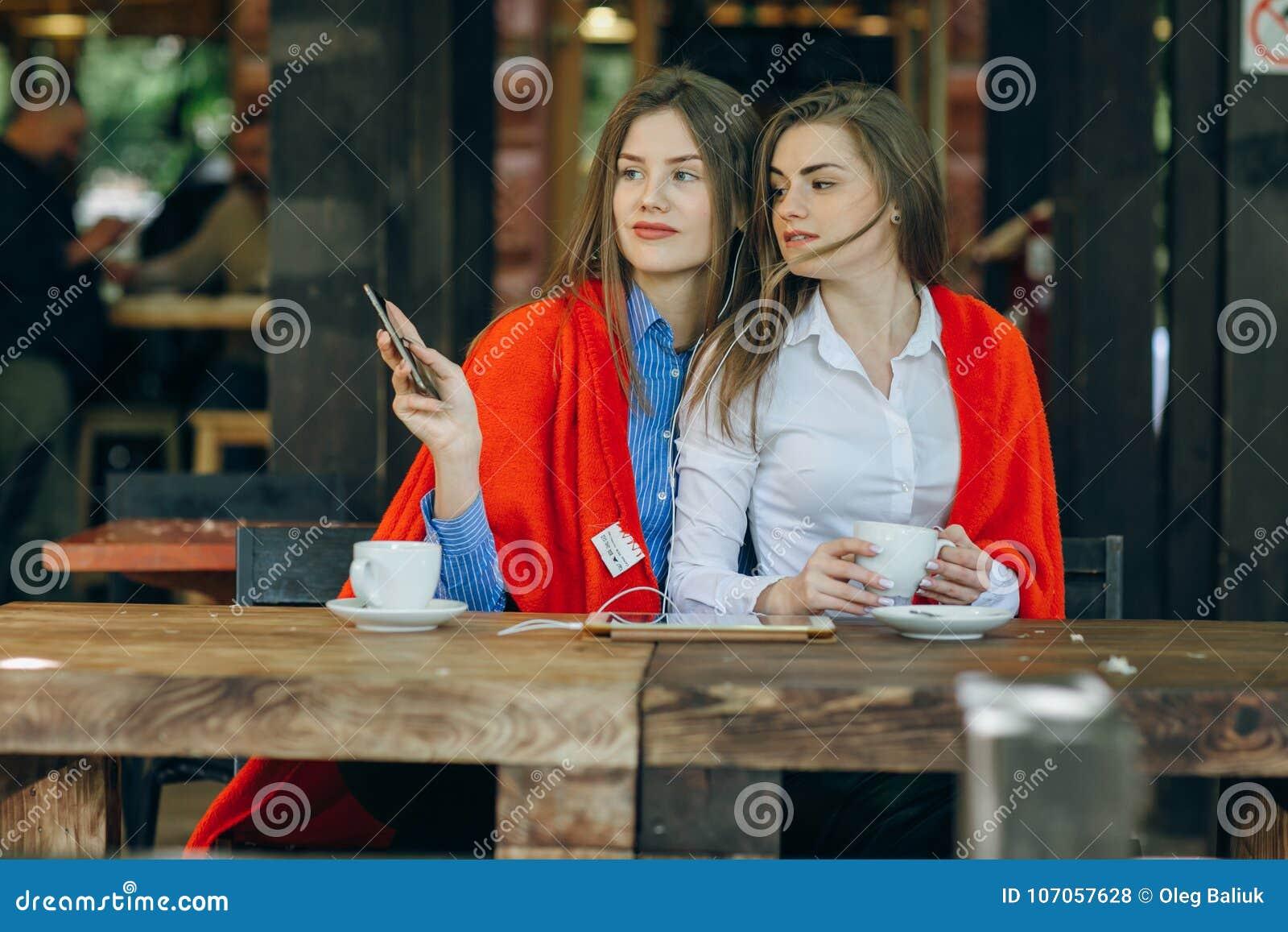 Девушки на работу в кафе работа в челябинске для девушки