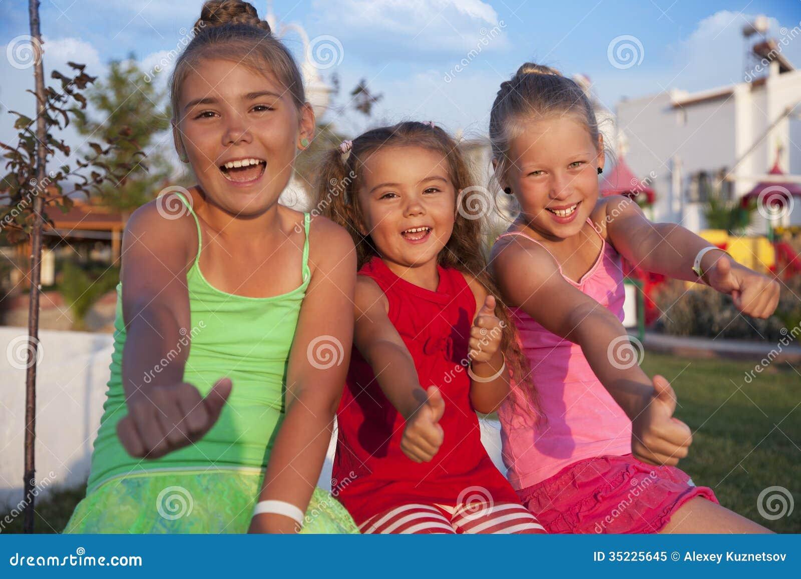 Девушки делая одобренный знак