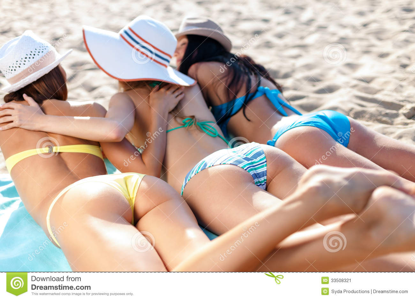 Девушки загорают на пляже фото