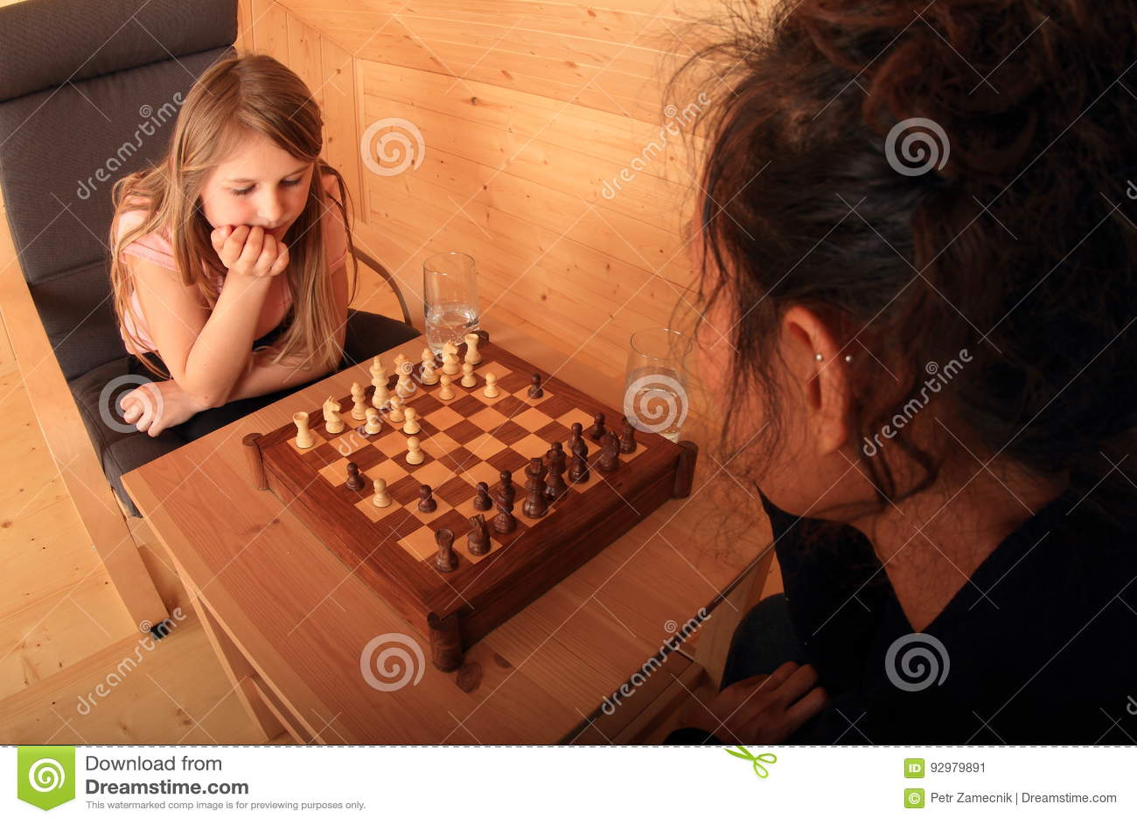 Девушки играя шахмат