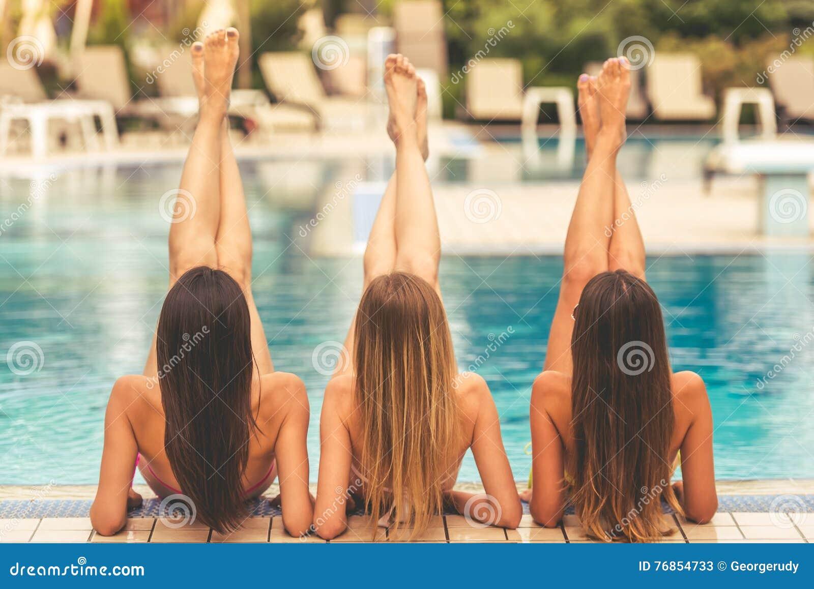 Девушки на бассейне