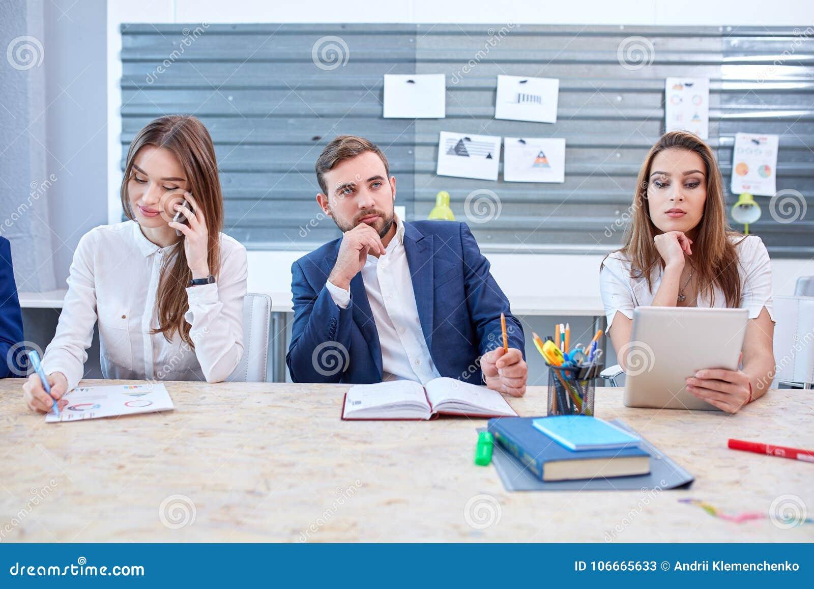 Две девушки на работу модели для работы в японии