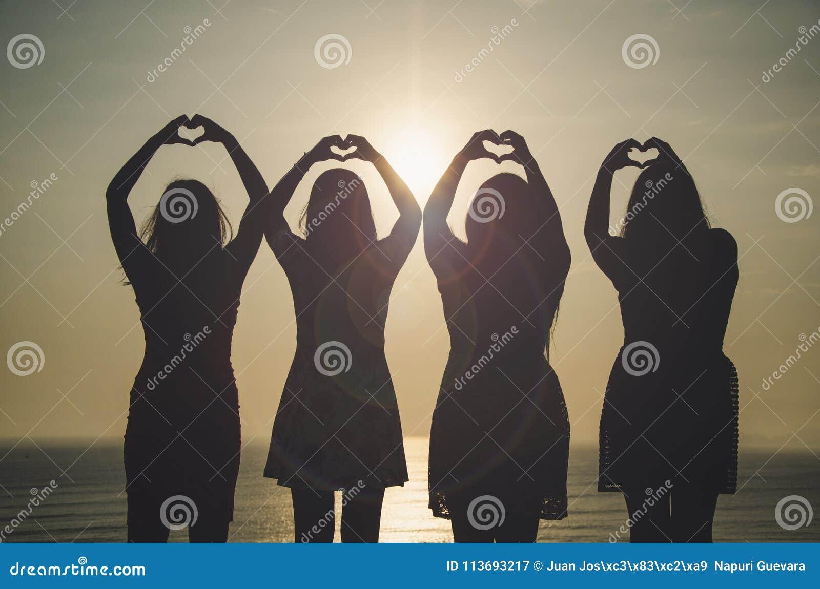 Девушки перед заходом солнца