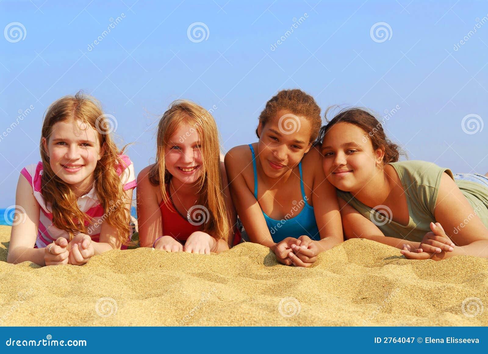 Телки на пляже групповуха — photo 1