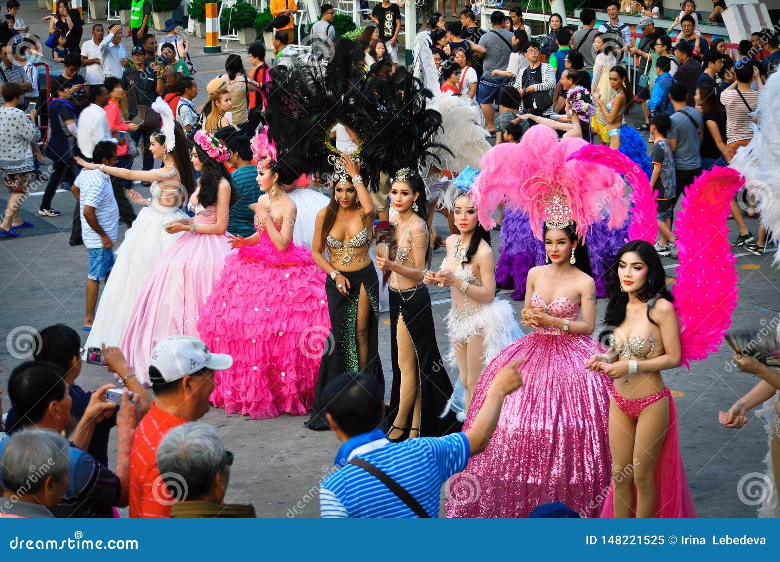 """Девушки пошли вне для фотосессии после представления на шоу """"Alcazar """", Паттайя, Таиланд"""