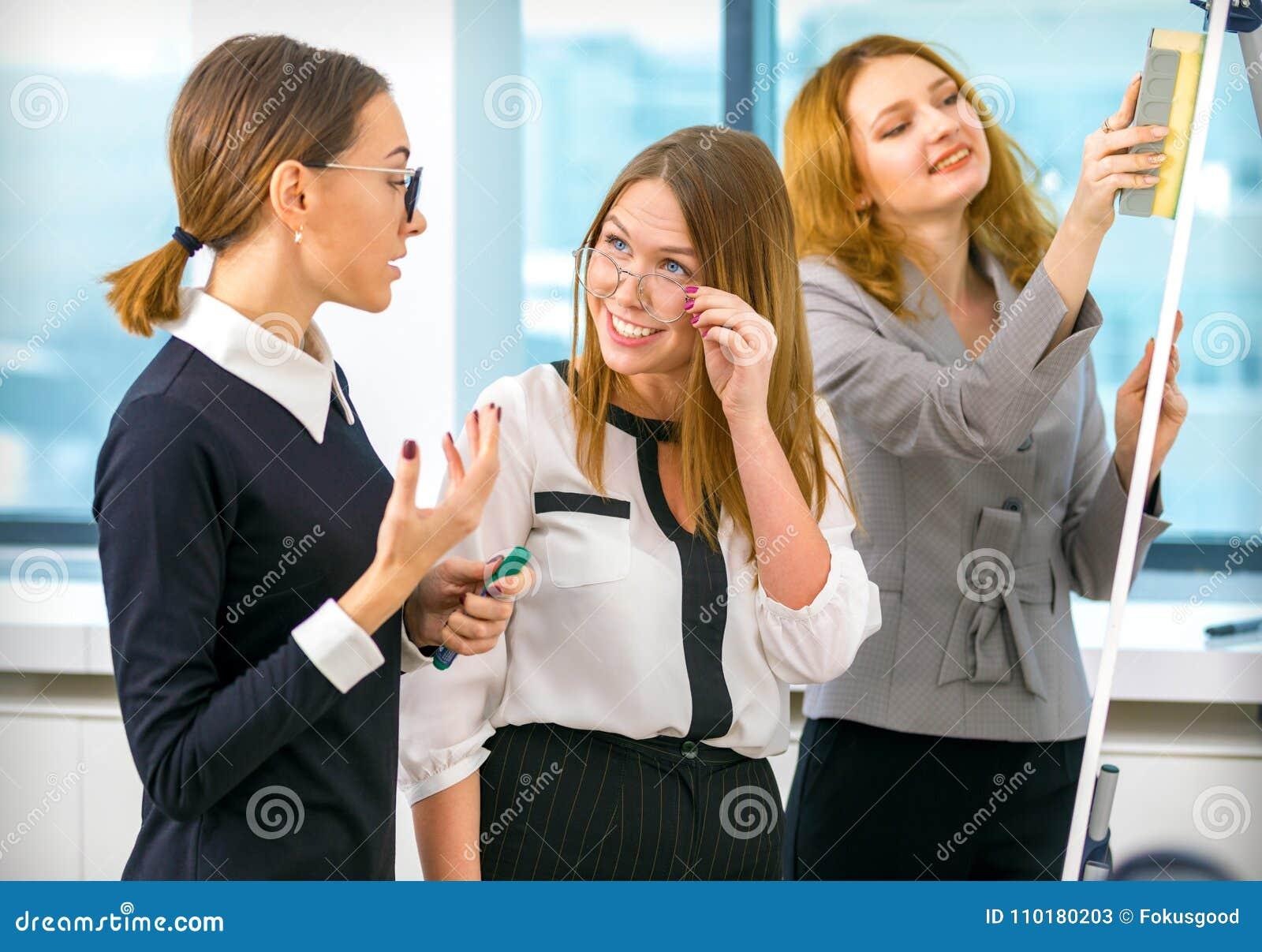 Девушки на работе в офисах подіум полтава