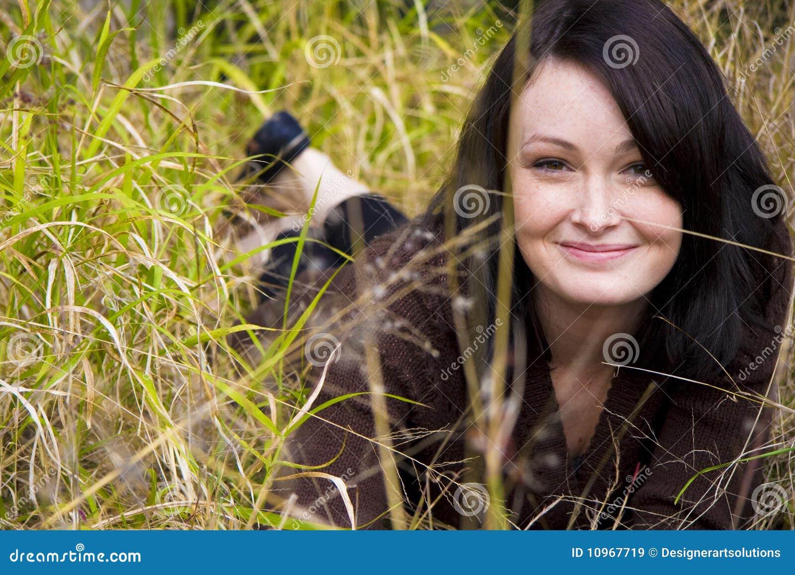 девушки травы детеныши довольно