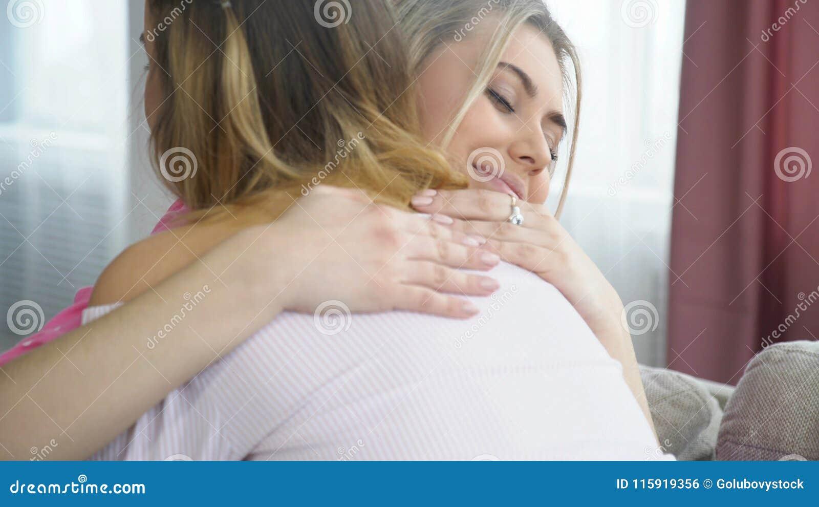 Девушки bff приятельства сомкнутости влюбленности объятия примиряют
