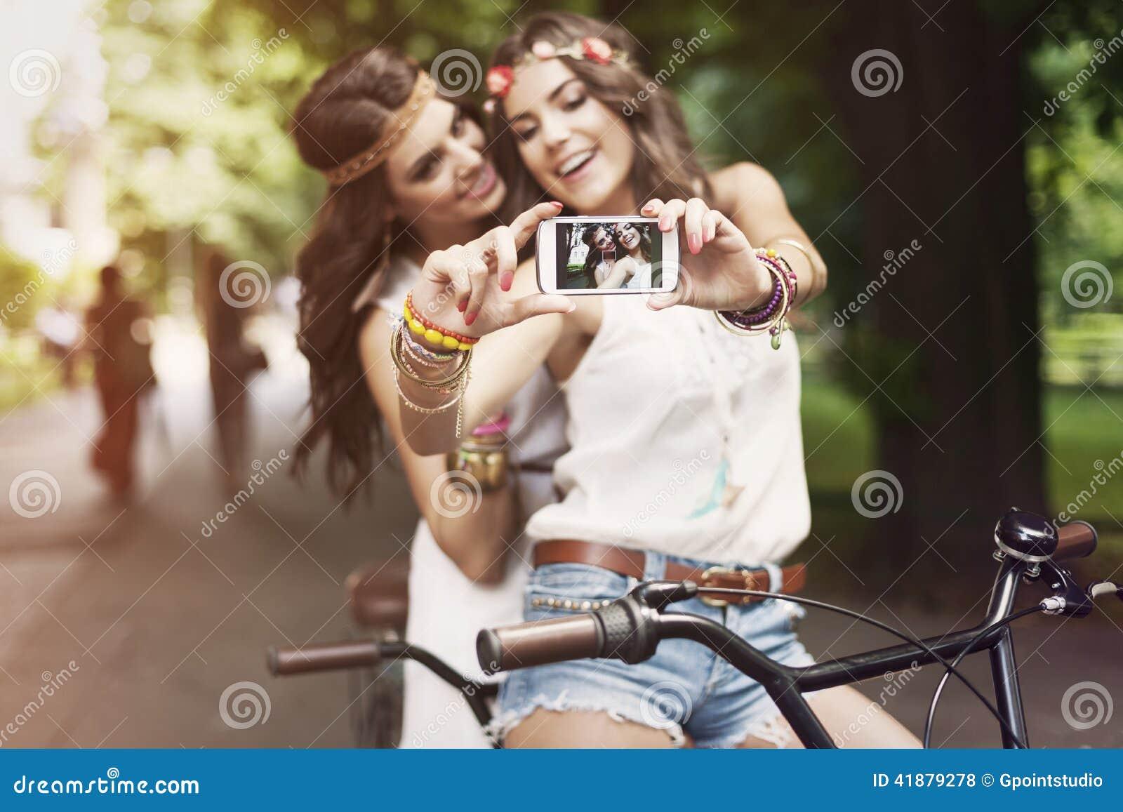 Девушки Boho принимая selfie