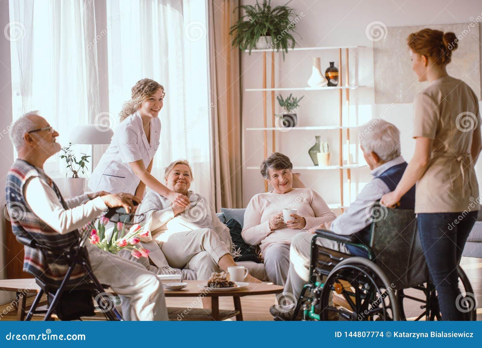 Деды тратя время в общей комнате с их попечителями