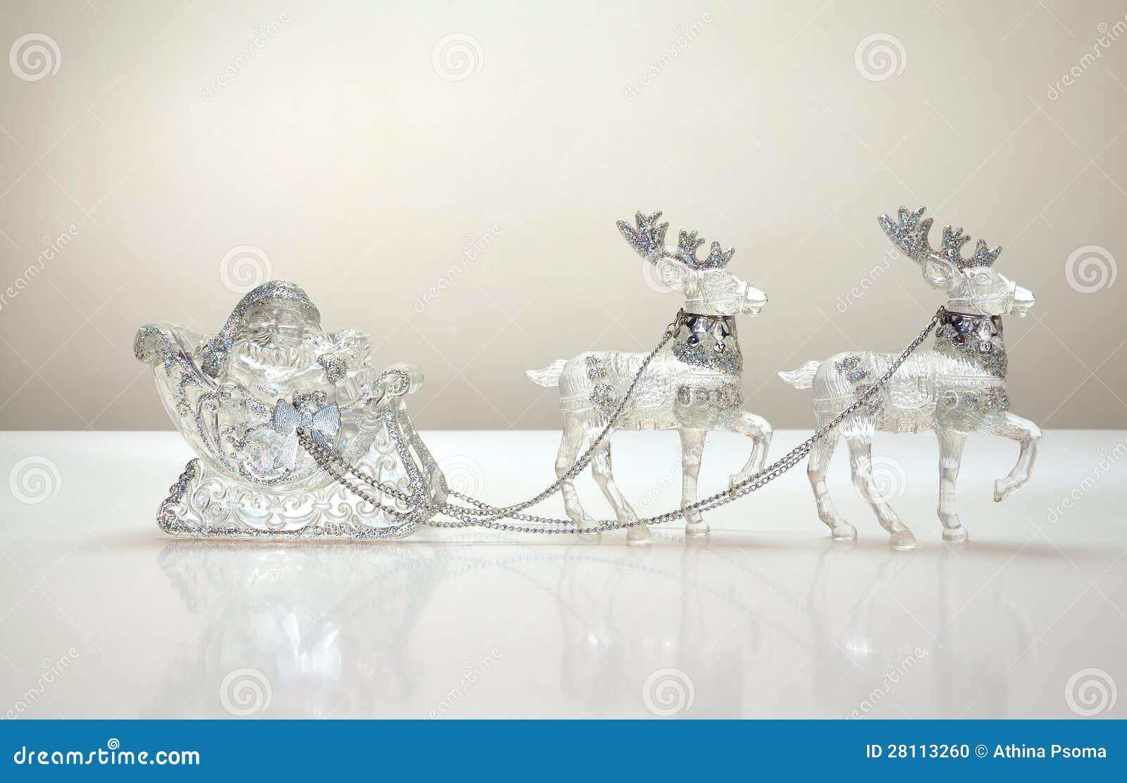 Дед Мороз в санях северного оленя