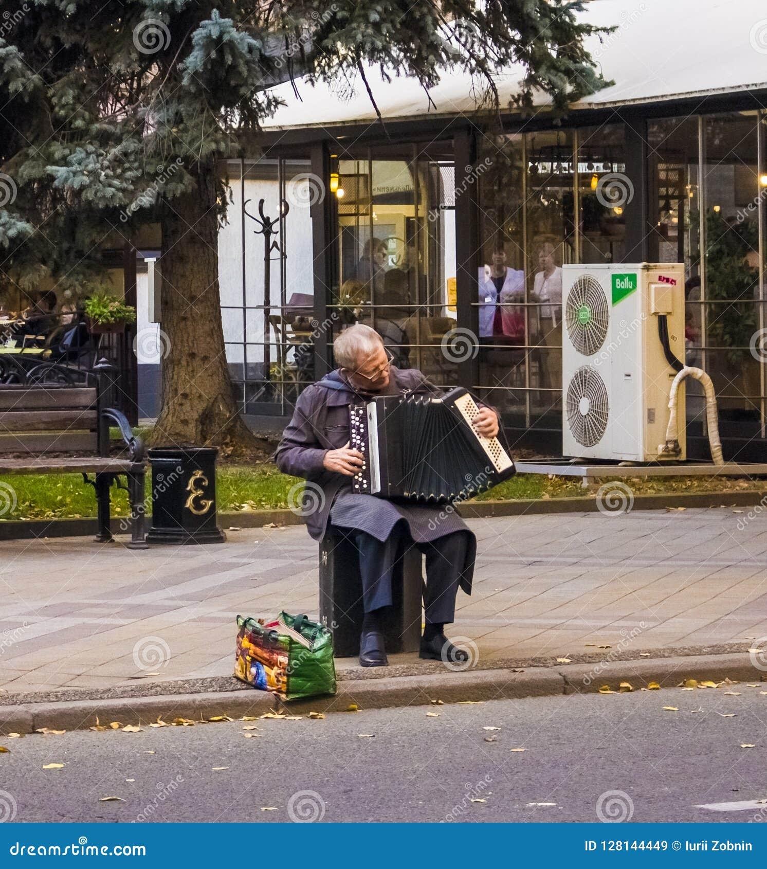 Дед с аккордеоном сидит и играет Россия, Краснодар, 7,2018 -го октябрь