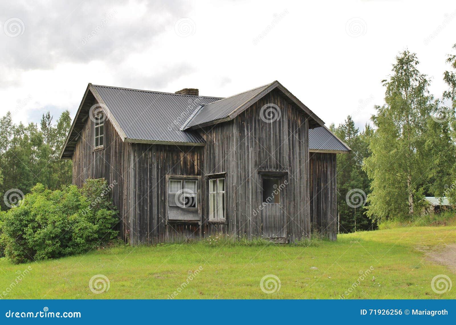 Дезертированный дом дорогой гравия
