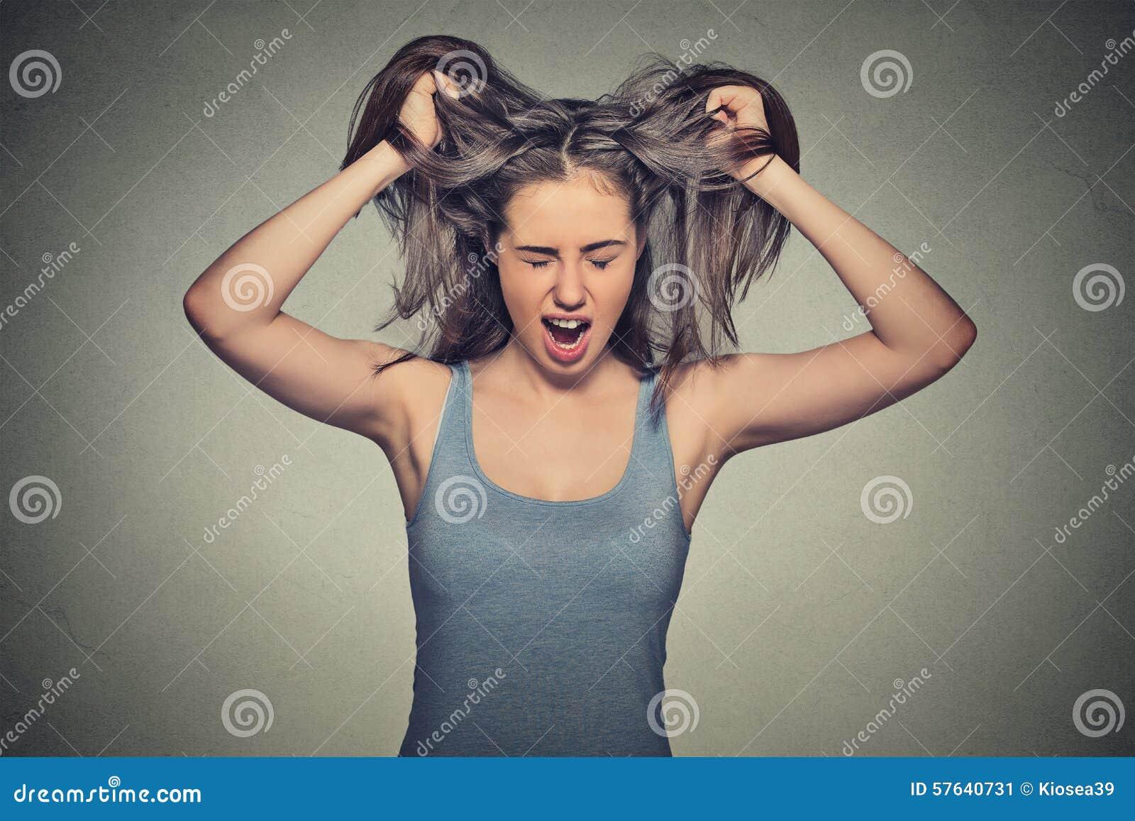 Действовать сердитой женщины кричащий вне