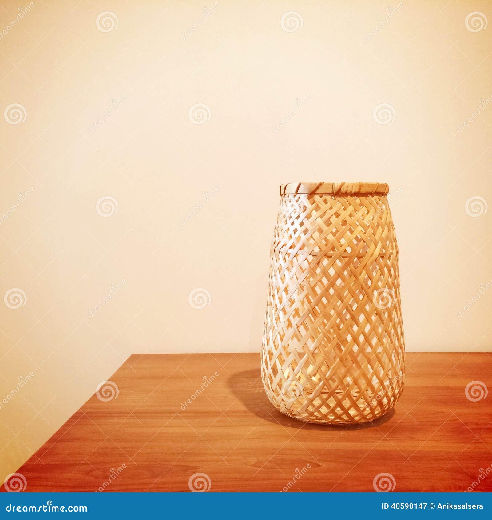 Декоративная ваза на таблице