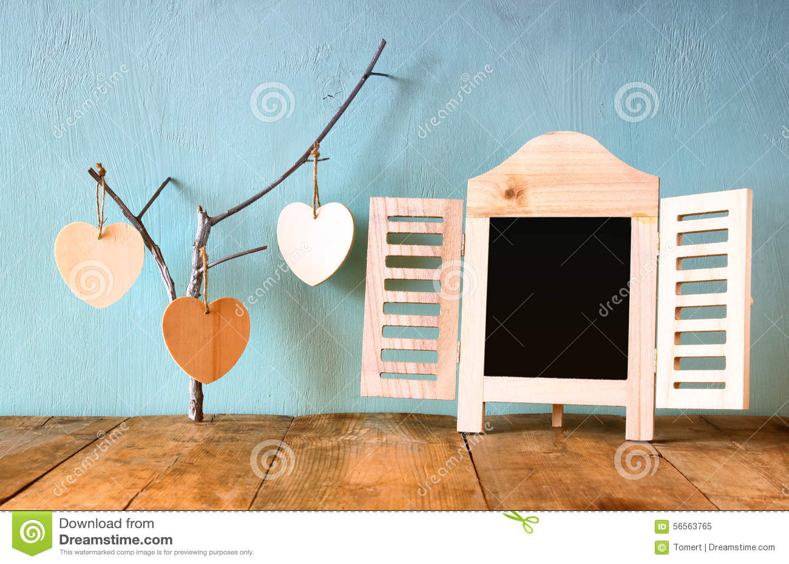 Декоративная рамка доски и деревянные сердца смертной казни через повешение над деревянным столом подготавливайте для текста или