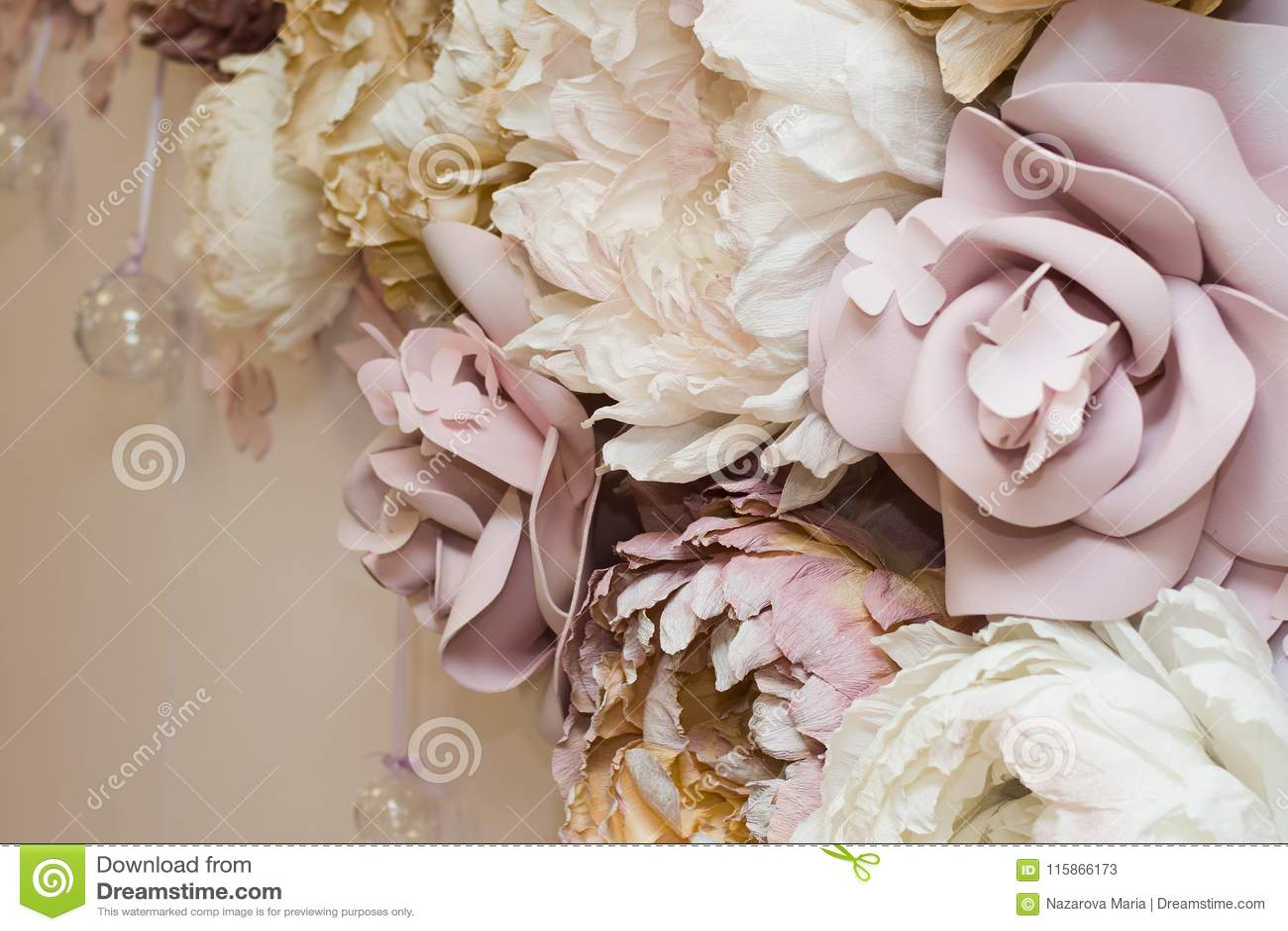 Декоративные цветки на стене зона selfie