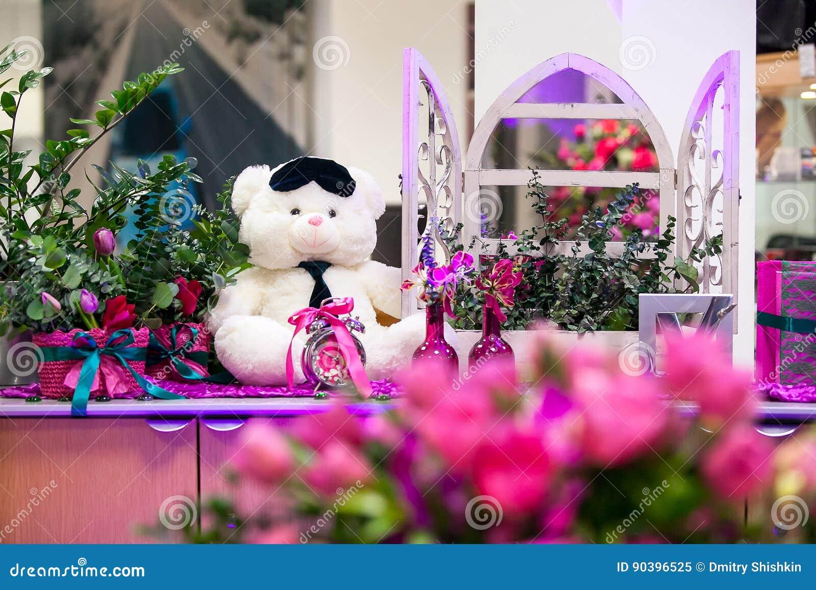 Декоративный белый медведь в интерьере