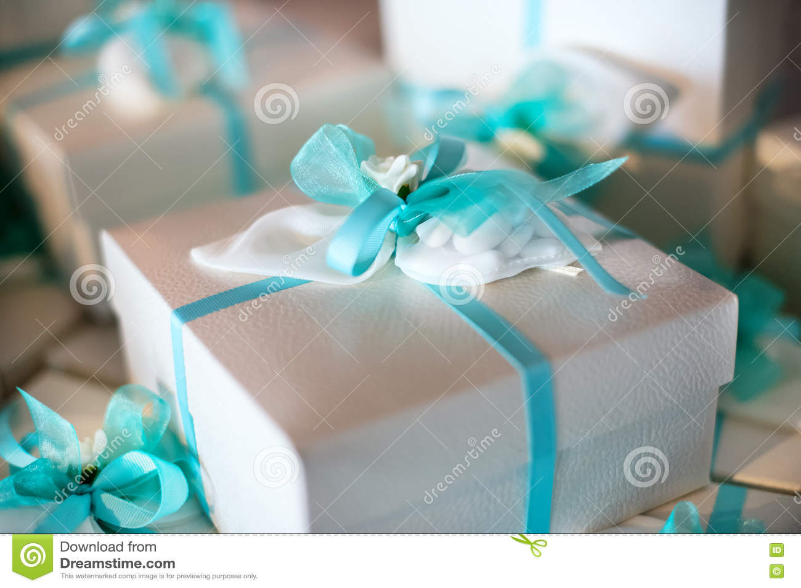 Download Декоративный подарк-обернутый подарок в память о вечере в коробке Стоковое Изображение - изображение насчитывающей bluets, декоративно: 72286759