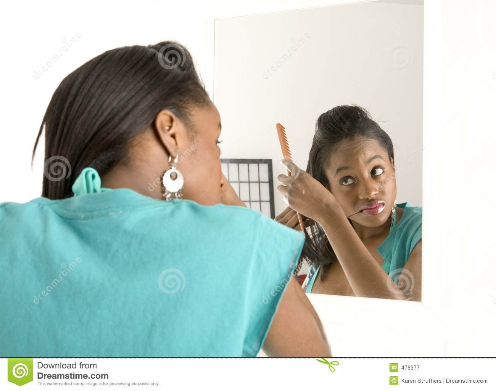 делающ волос ее женщина зеркала