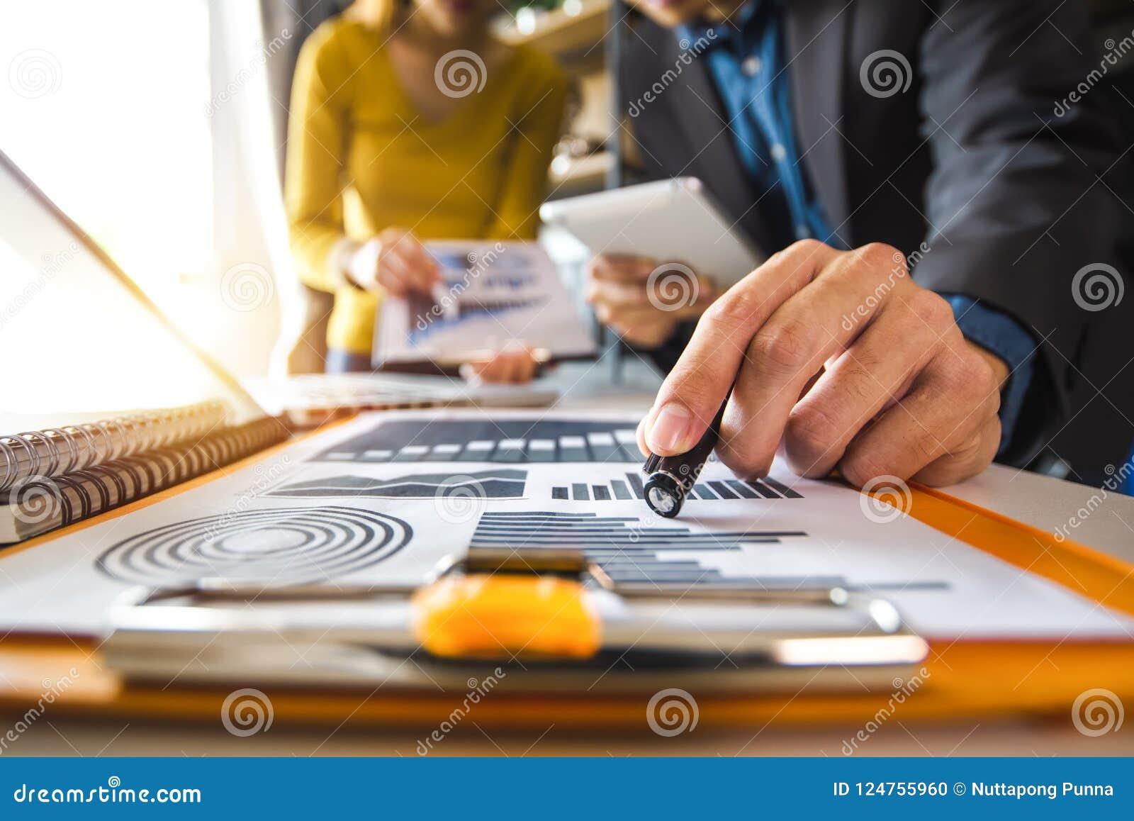 деловые документы на таблице офиса с умным телефоном и цифровыми таблеткой и диаграммой
