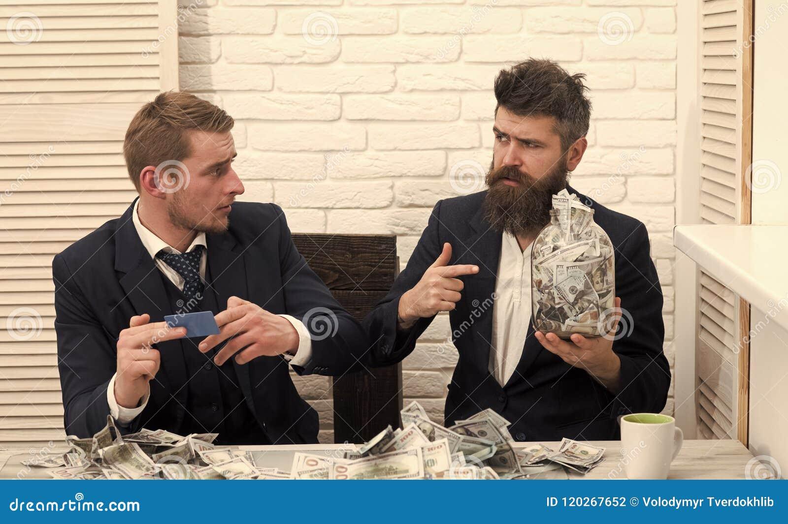 Дело и финансы Деловые партнеры, бизнесмены на встрече в офисе Бородатые владения босса раздражают вполне наличных денег