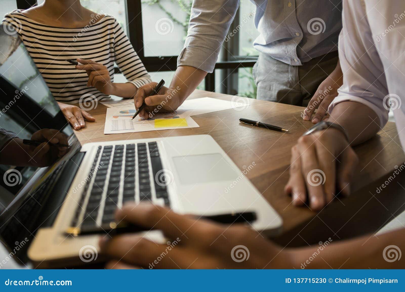 дело начинает вверх Группа в составе молодой исполнительный основатель на кафе или современном офисе