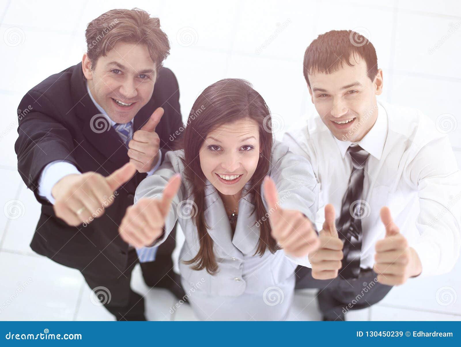 дело показывая успешные большие пальцы руки команды вверх