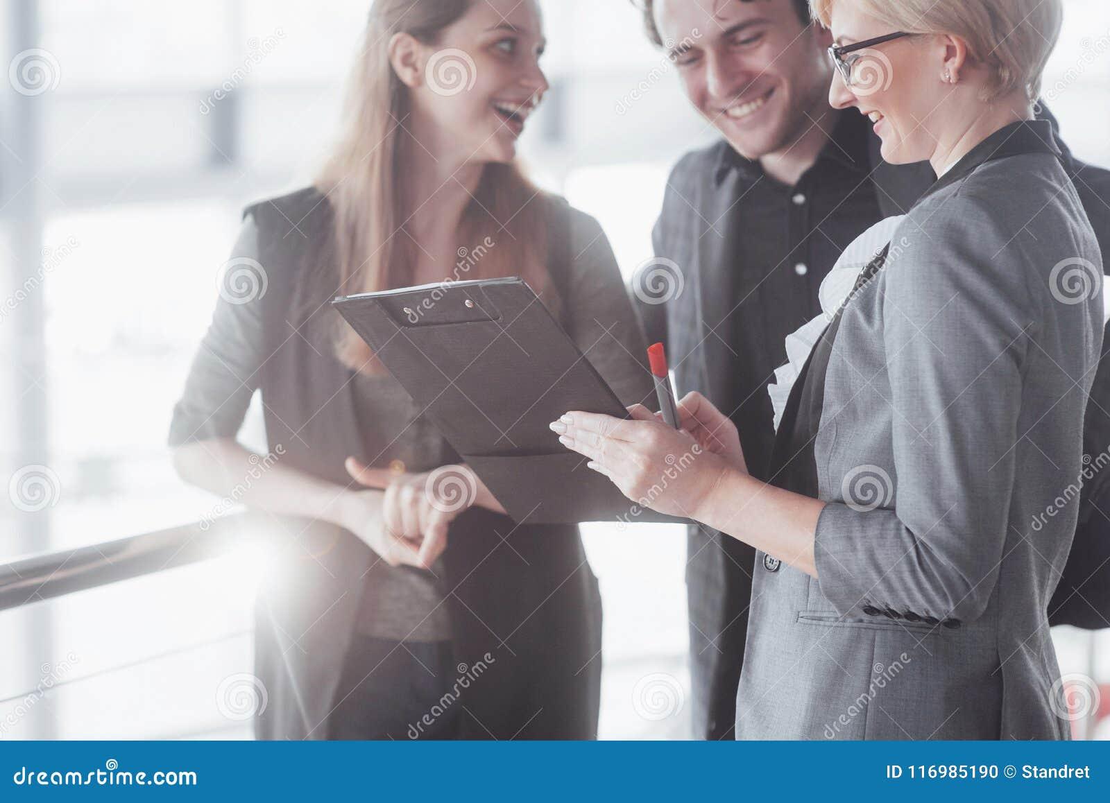 Дело, технология и концепция офиса - усмехаясь женский босс говоря к делу объединяется в команду