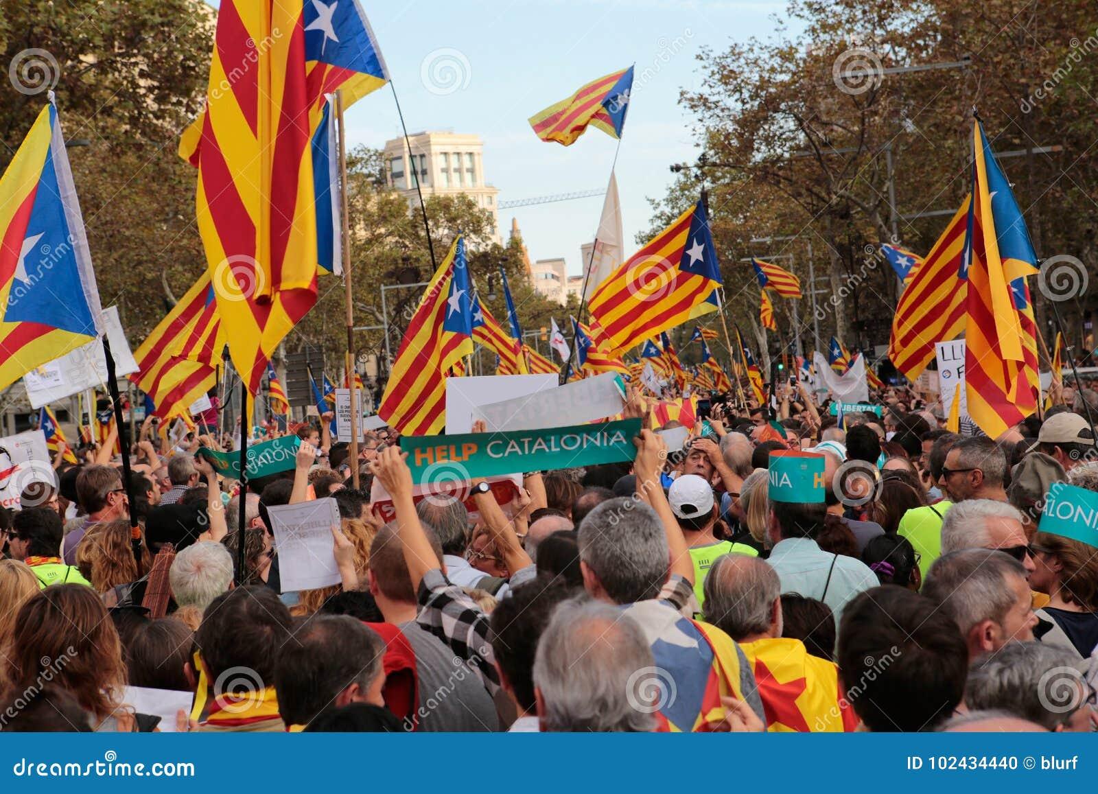 Демонстранты для свободы в флагах Барселоны и estelada