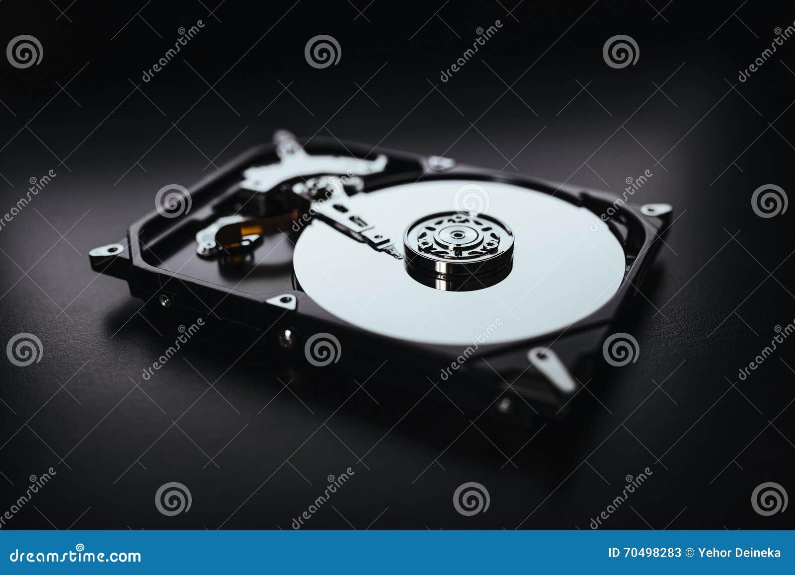 Демонтированный жесткий диск от компьютера (hdd) с влияниями зеркала Часть компьютера (ПК, компьтер-книжки)