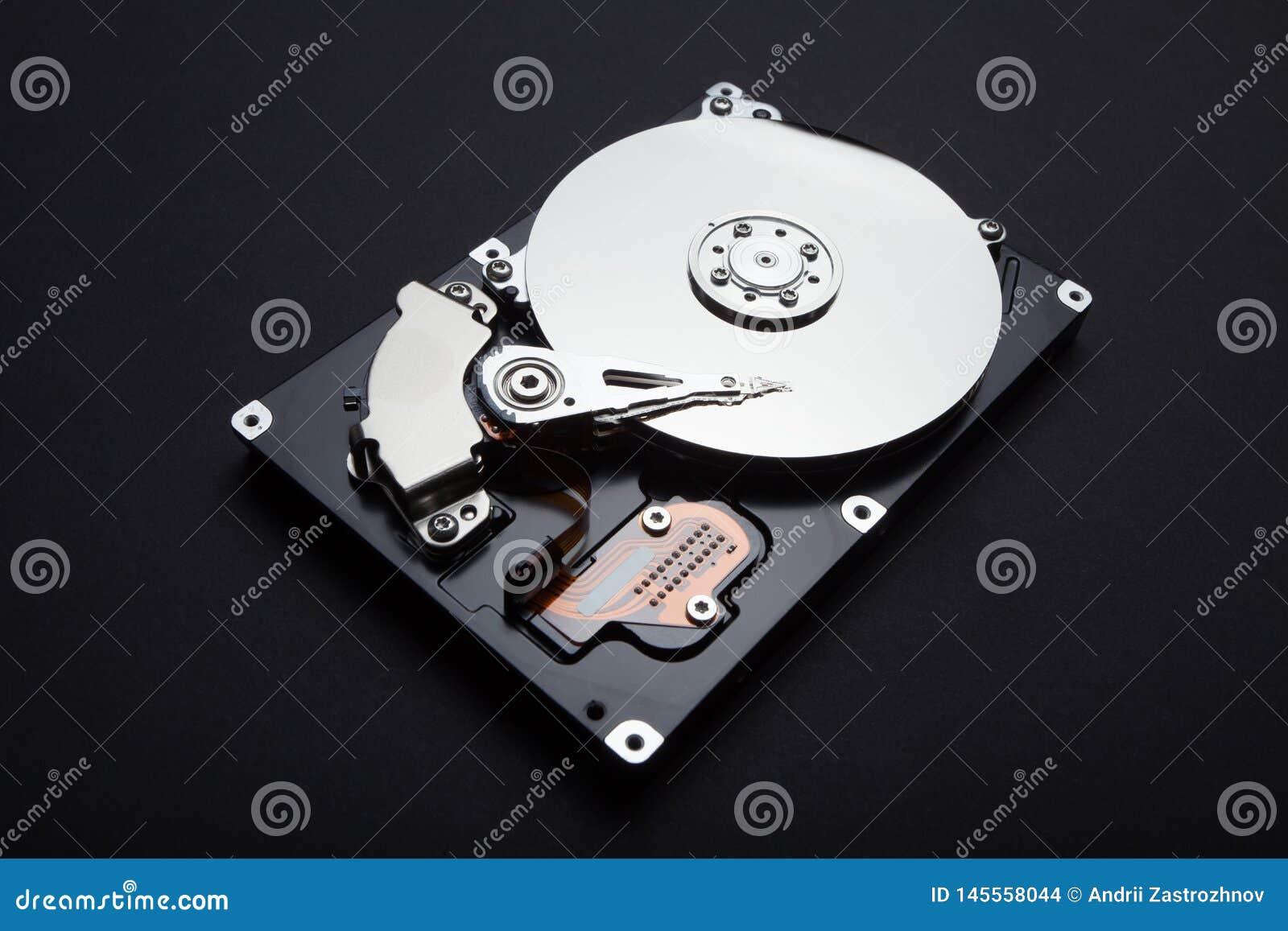 Демонтируйте жесткий диск сервера, магнитную поверхность и головы чтения на черной предпосылке