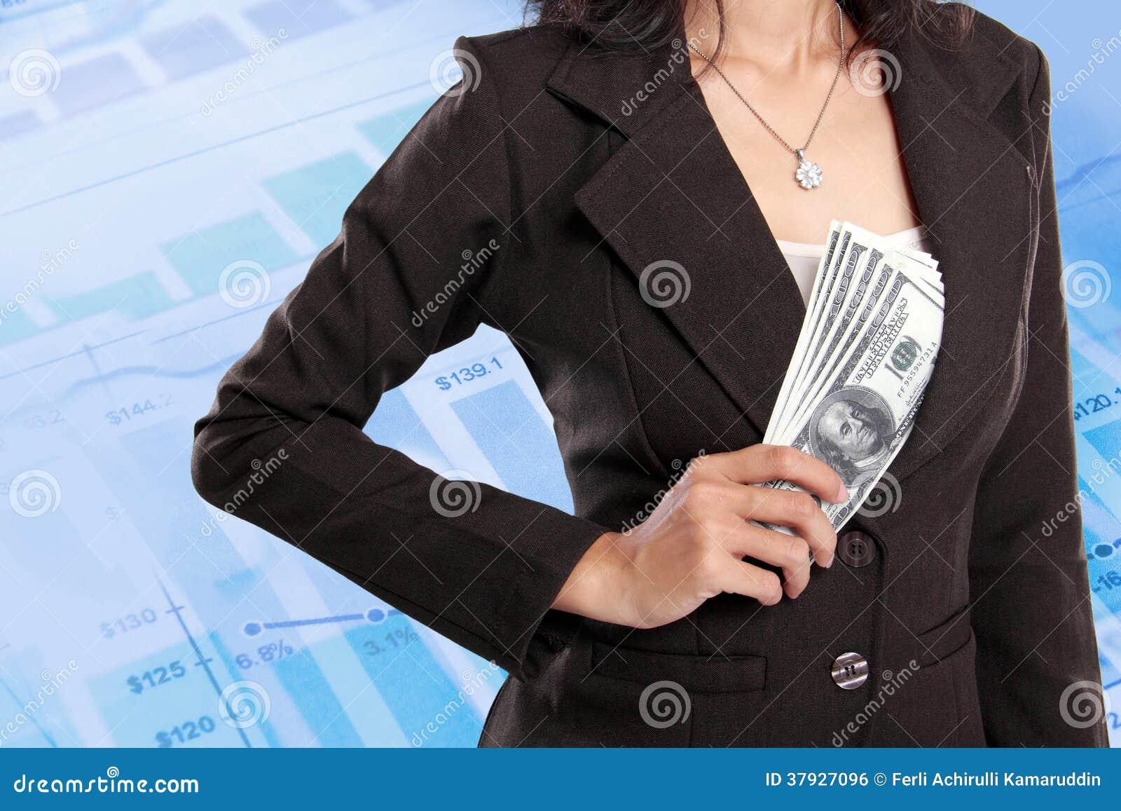 Деньги бизнес-леди пряча внутри ее куртки