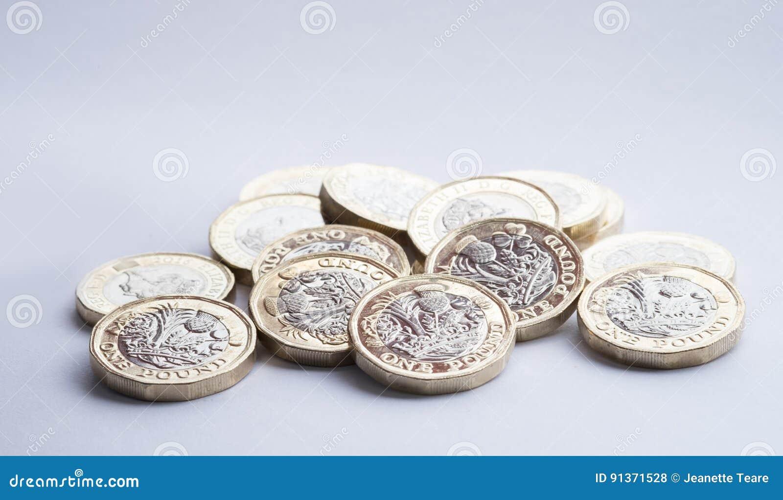 Деньги Великобритании, новые монетки фунта в малой куче