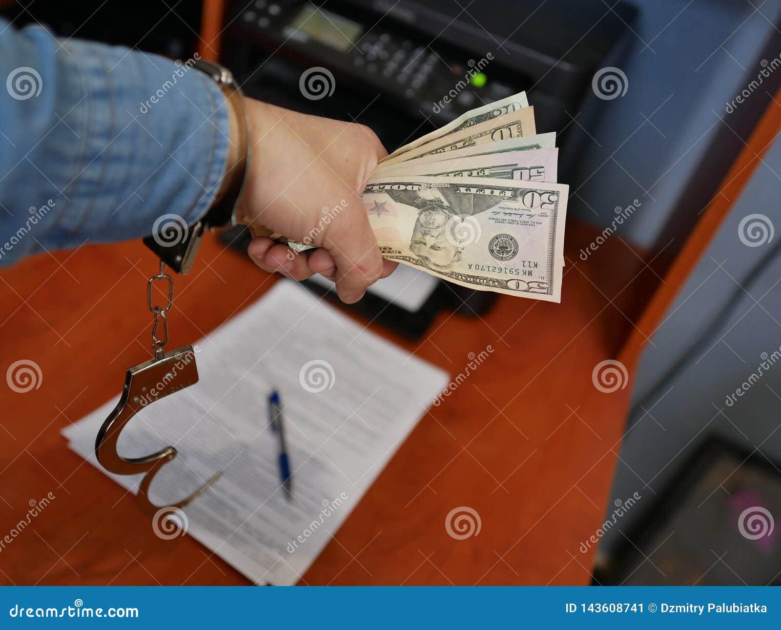 Деньги в руках бандита Финансовое злодеяние