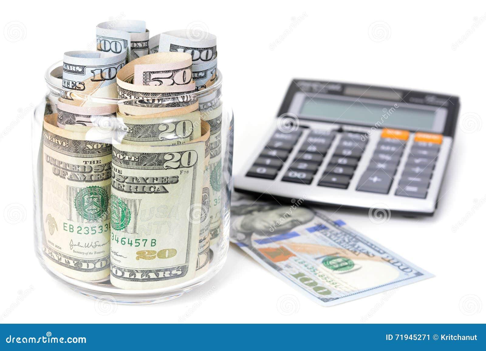 Деньги, счеты доллара США, с калькулятором на белой таблице