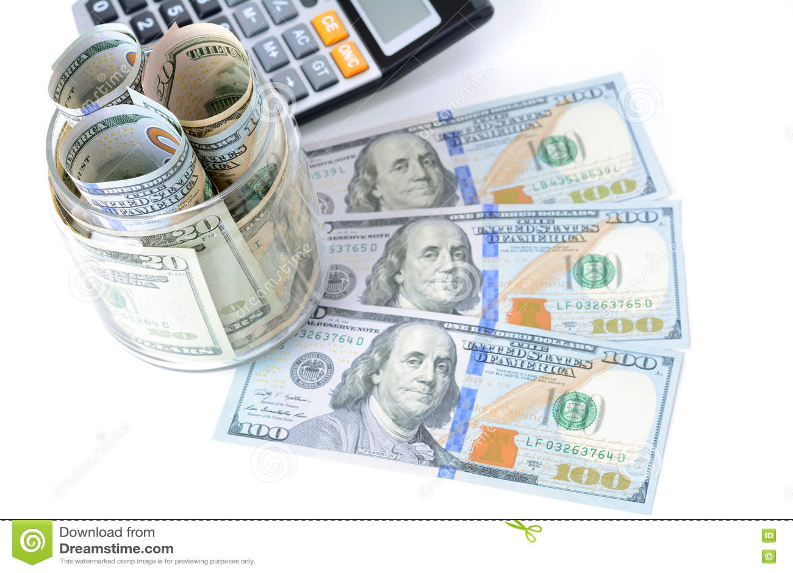 Деньги, счеты доллара США, с калькулятором на таблице