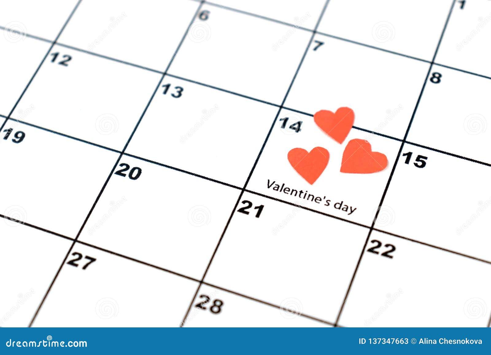 День Валентайн, 14-ое февраля, на календаре с красными сердцами