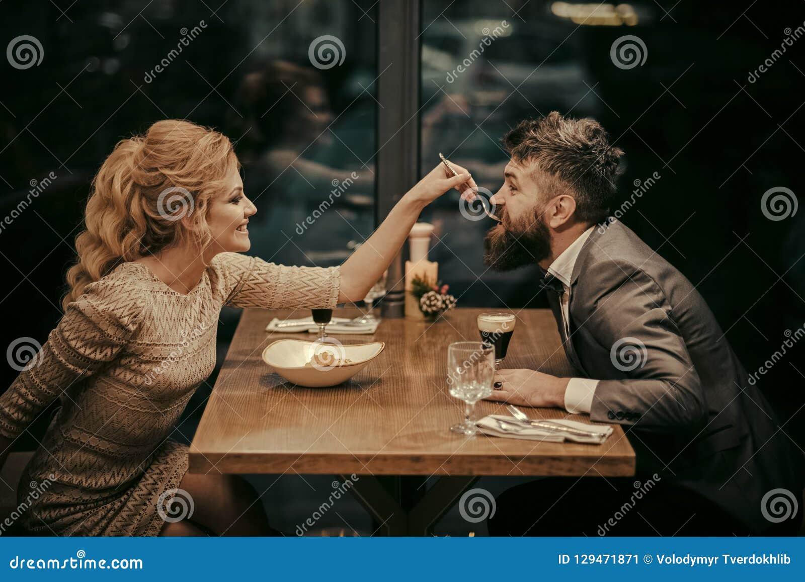 День валентинок с сексуальной женщиной и бородатым человеком Дата пар в романтичных отношениях, влюбленности семьи Пары в влюблен