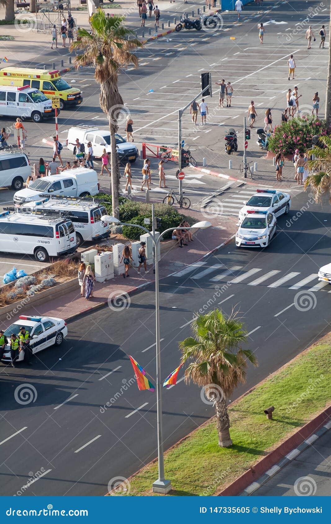 День гей-парада в Тель-Авив, где полиция закрывала вниз улицы и люди бродяжничают около пляжа