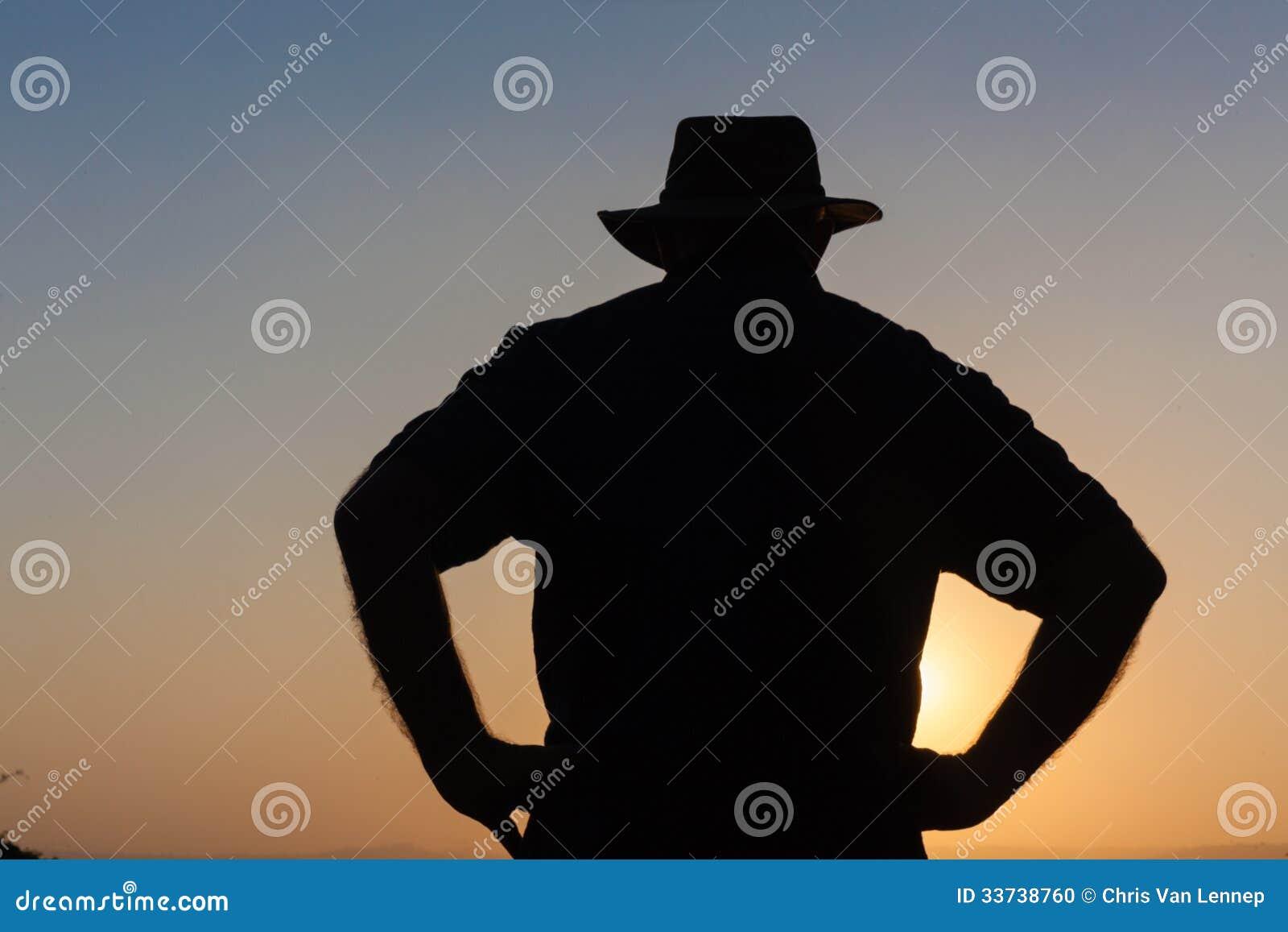 День человека над силуэтом захода солнца
