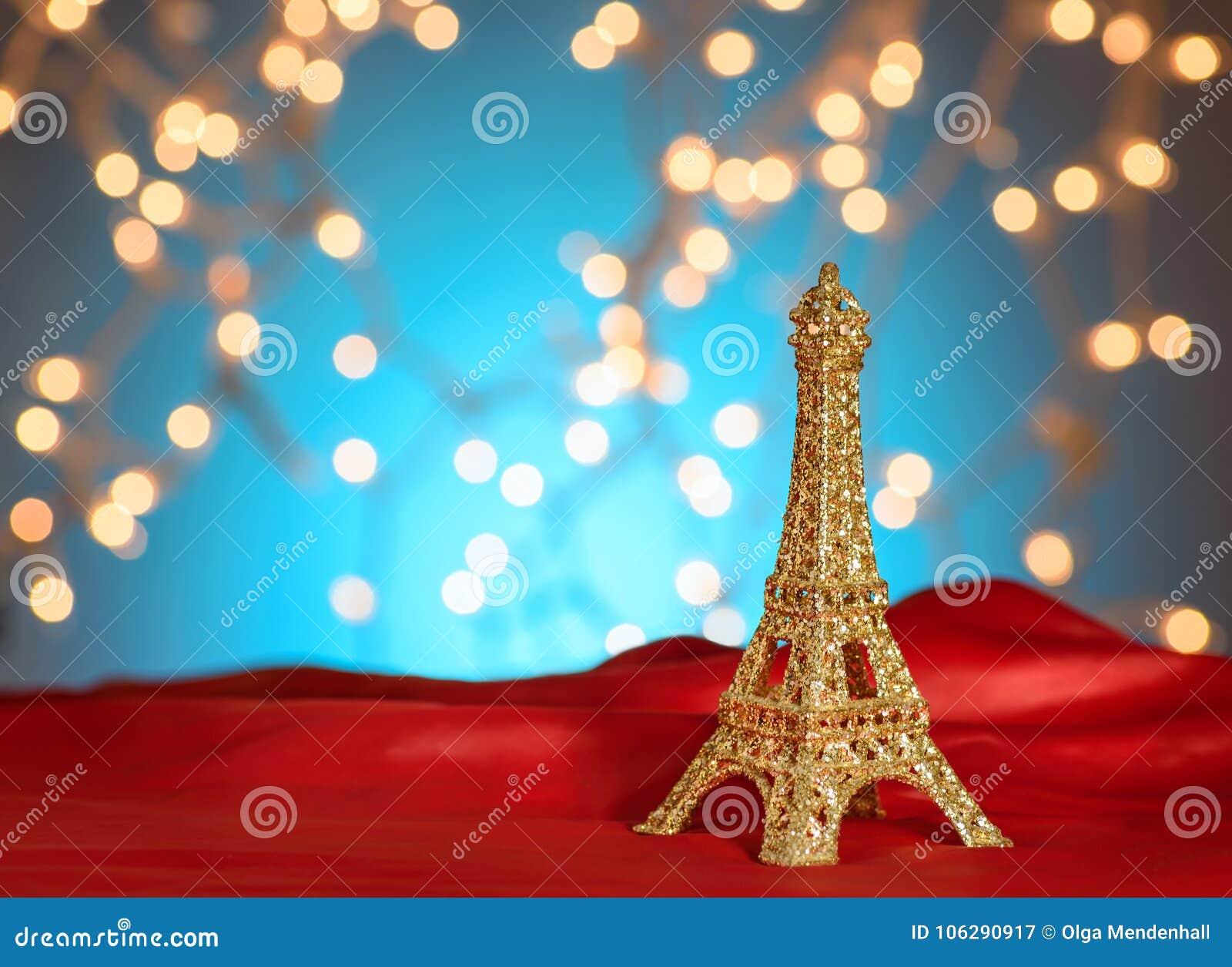 День ` s валентинки в Париже Рождество, Новый Год в Париже Золотая Эйфелева башня на яркой красной сатинировке Запачканный Xmas о