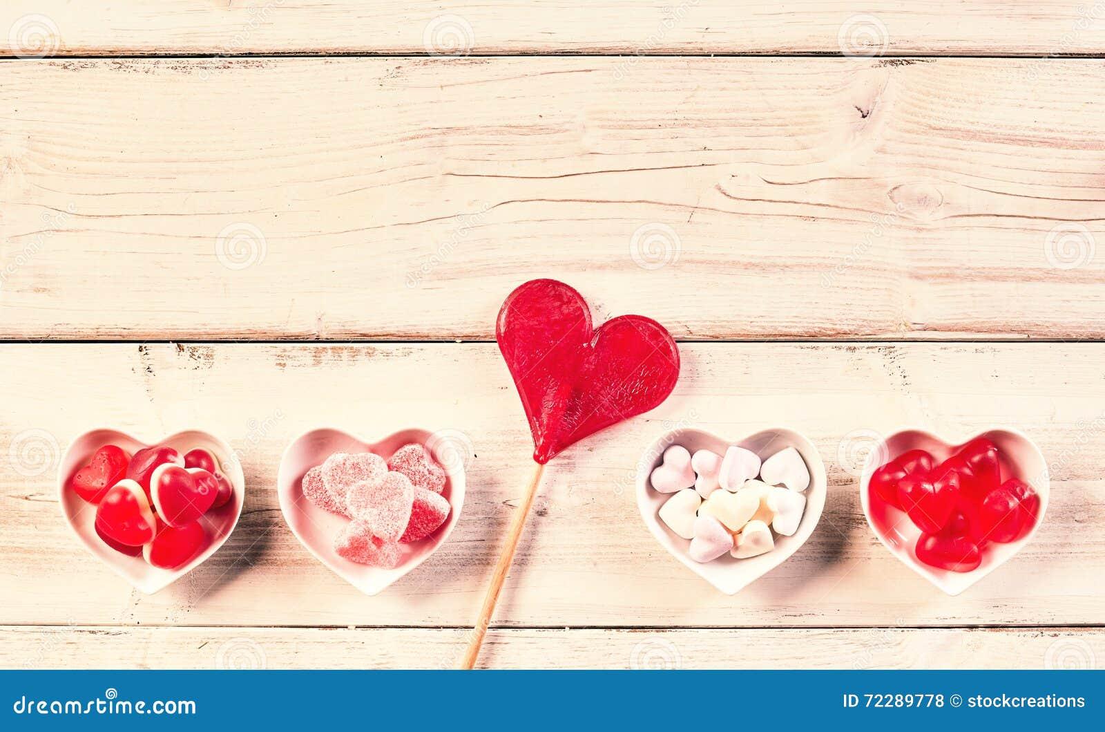 Download Деревенская деревянная предпосылка с шарами вдоль дна Стоковое Фото - изображение насчитывающей пинк, сердце: 72289778