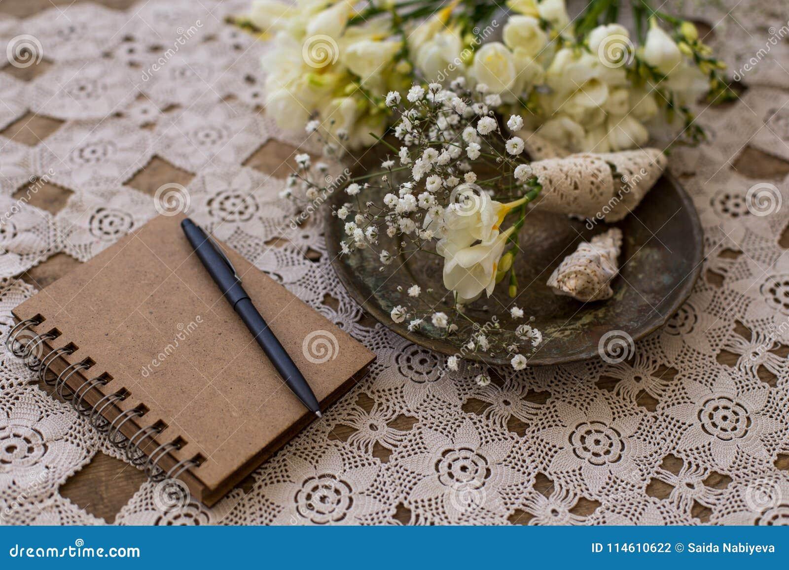 Деревенская концепция планирования свадьбы Блокнот с черной ручкой и smal