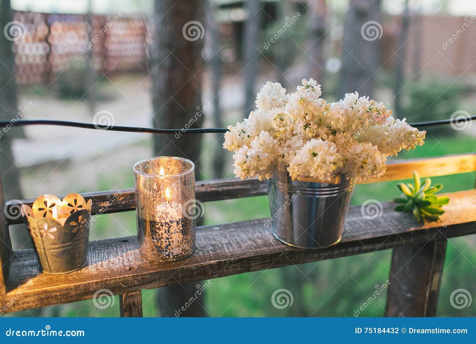 Деревенское оформление свадьбы, загоренная стойка полки с сиренью и suc