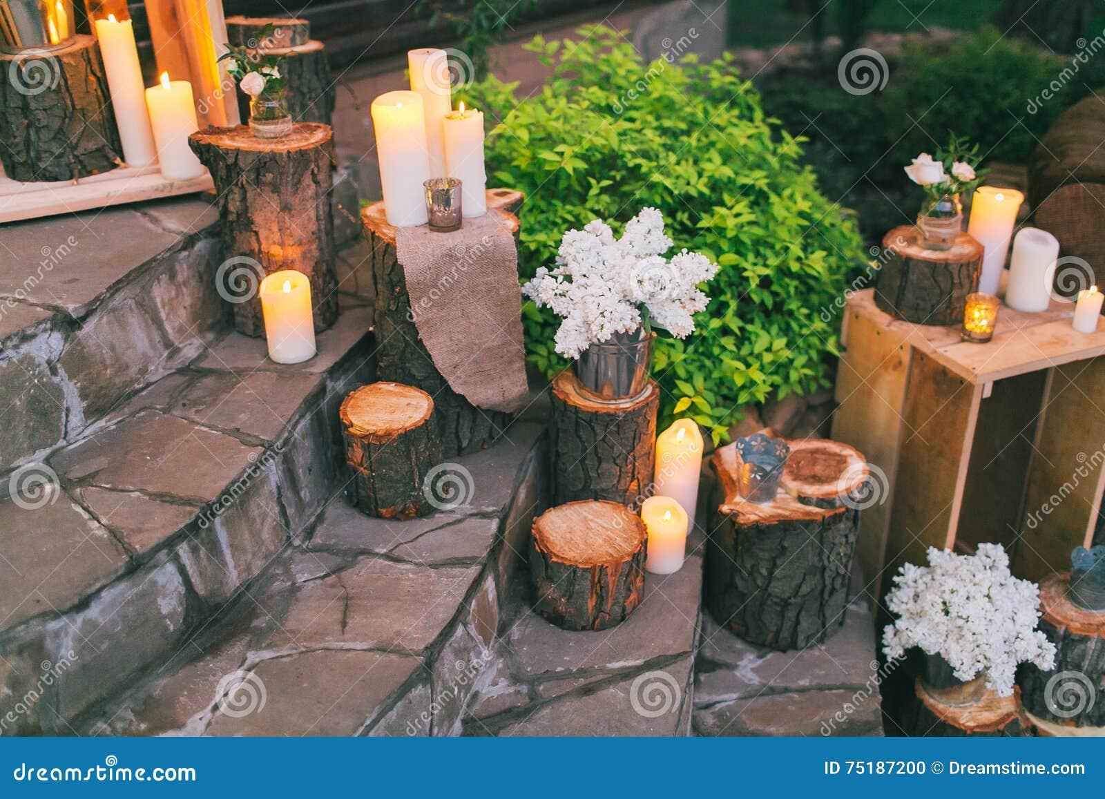 Деревенское оформление свадьбы, украшенные лестницы с грязевиками и arra сирени