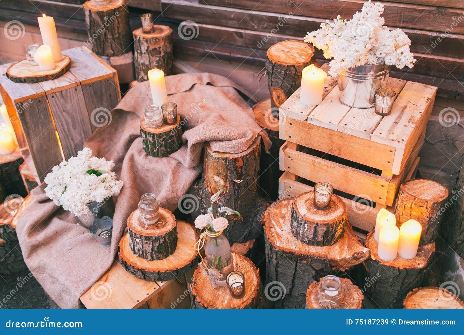 Деревенское оформление свадьбы, украшенные пни и коробки с arra сирени