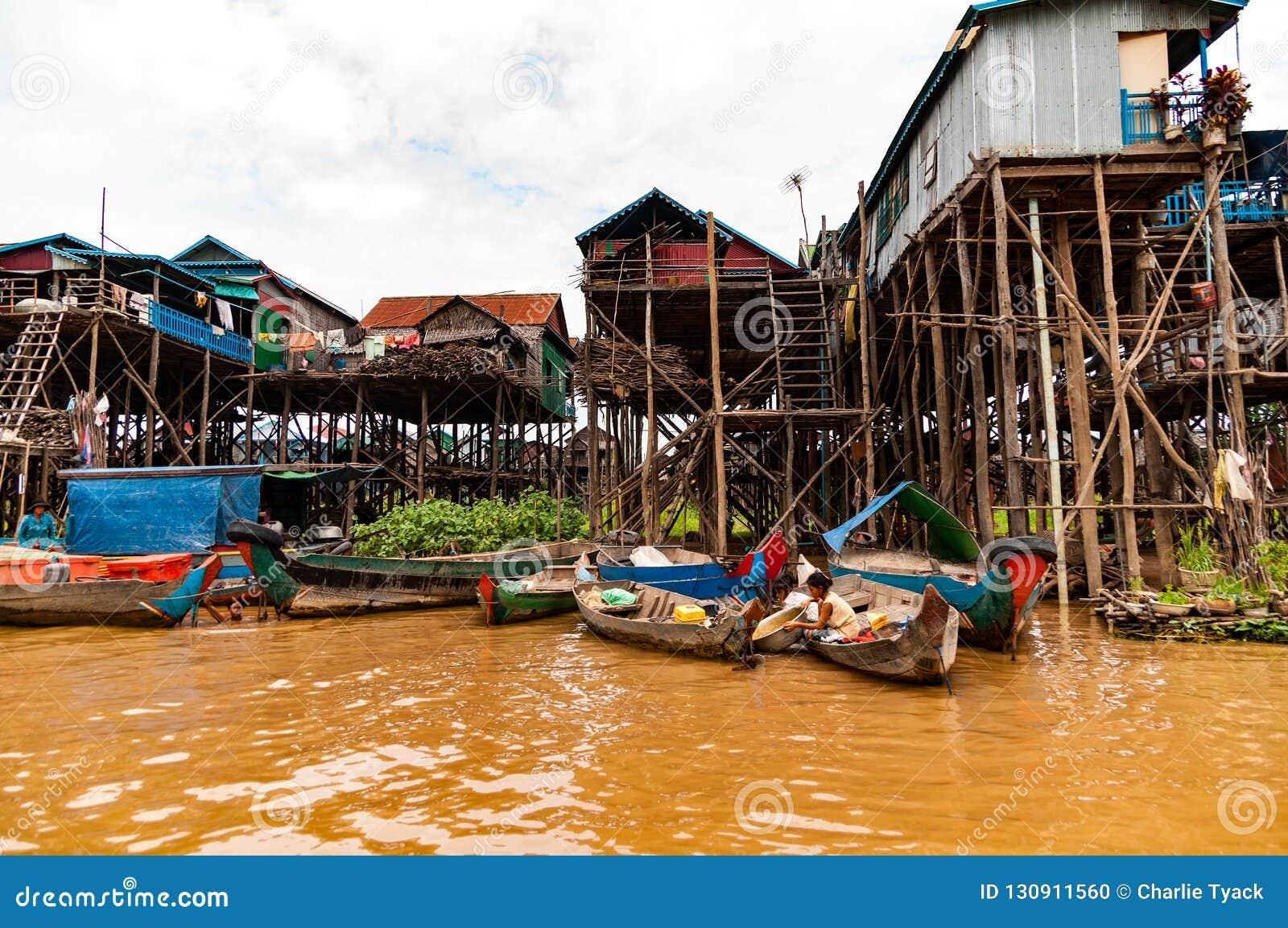 Деревня ходулей около озера сок Tonle, Камбоджи, Индо-Китая