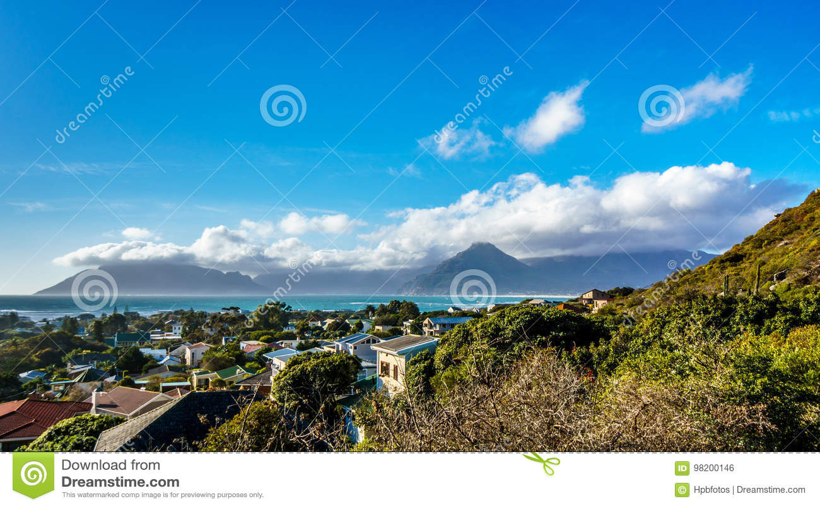 Download Деревня Het Kommetjie со своим известным зме-занимаясь серфингом пляжем в полуострове накидки Стоковое Фото - изображение насчитывающей coastline, известно: 98200146