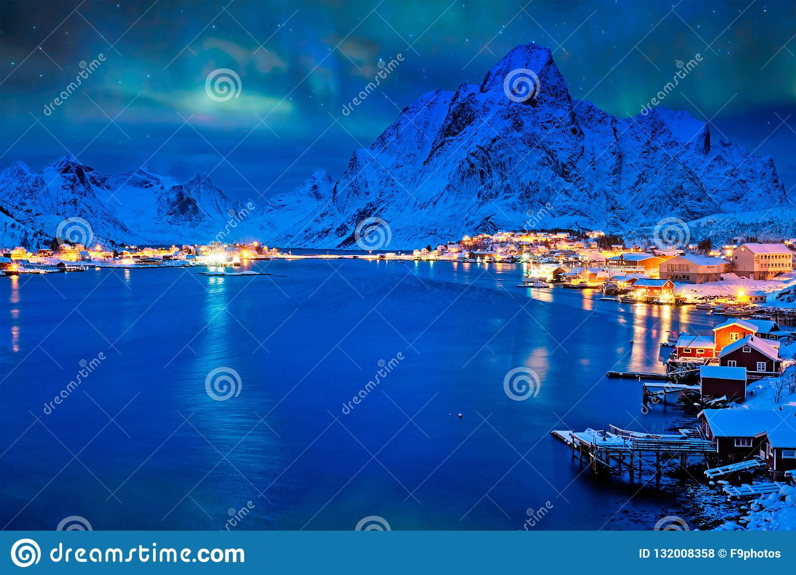 Деревня Reine на ноче Острова Lofoten, Норвегия